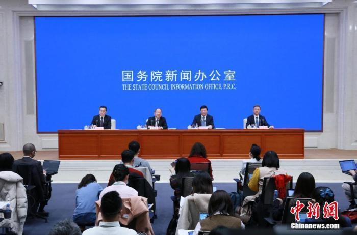 """3月8日,中国国务院新闻办公室在北京举行新闻发布会,介绍深入贯彻新发展理念,确保""""十四五""""开好局起好步有关情况,并答记者问。中国国家发展和改革委员会副主任胡祖才在新闻发布会上表示,""""十四五""""时期,中国将继续降低落户门槛,实现""""愿落尽落""""。 中新社记者 杨可佳 摄"""