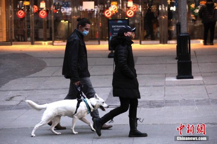 """当地时间3月8日,加拿大多伦多,市民带着宠物狗行走在街头。多伦多等地区从当日起取消实施了52天的""""居家令"""",从而使""""居家令""""在累计病例数居加拿大之首的安大略省全面取消。<a target='_blank' href='http://www.chinanews.com/'><p  align="""