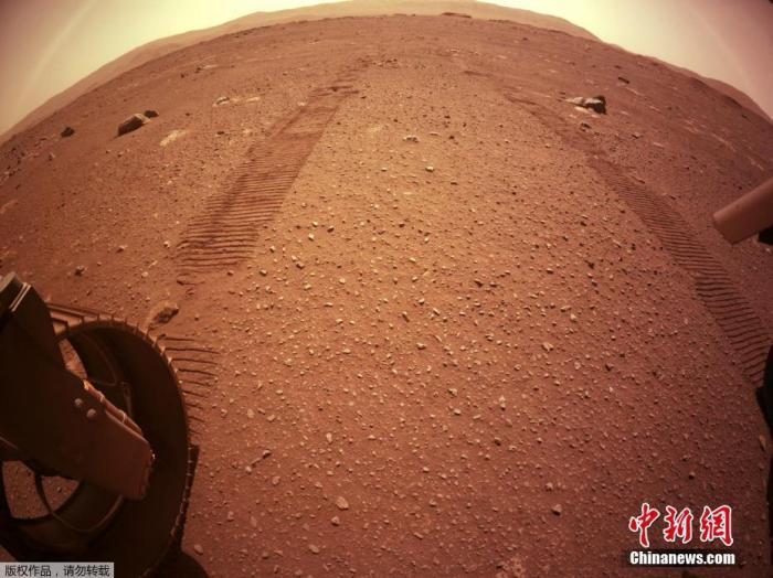 """当地时间3月8日,美国国家宇航局发布了""""毅力号""""火星车实现火星行走的痕迹。"""