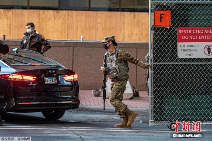 当地时间3月8日,美国明尼苏达州明尼阿波利斯市,在弗洛伊德命案涉事前警察德里克·肖万的庭审开庭前,国民警卫队的成员在明州街头严密布防。
