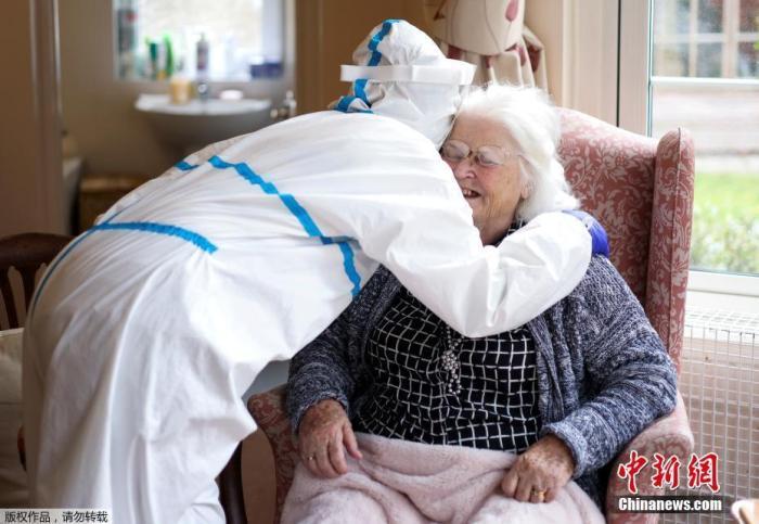 资料图:疫情期间,英国民众前往养老院探望母亲。