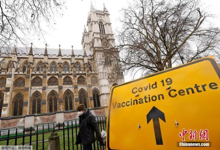 资料图:当地时间3月10日,英国伦敦威斯敏斯特大教堂的疫苗接种中心外,放置着指示牌。