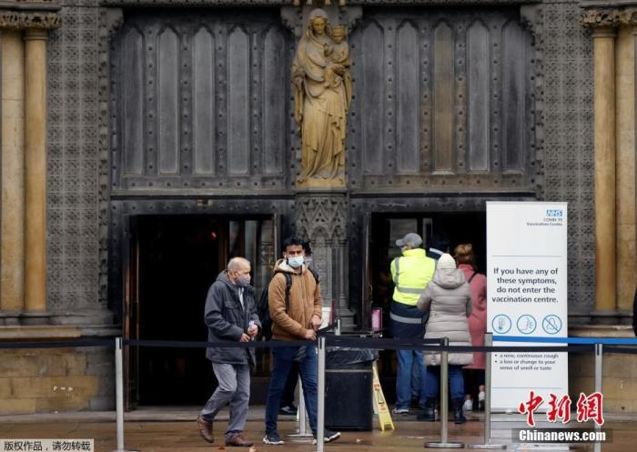 当地时间3月10日,英国伦敦,行人走过威斯敏斯特大教堂的疫苗接种中心。