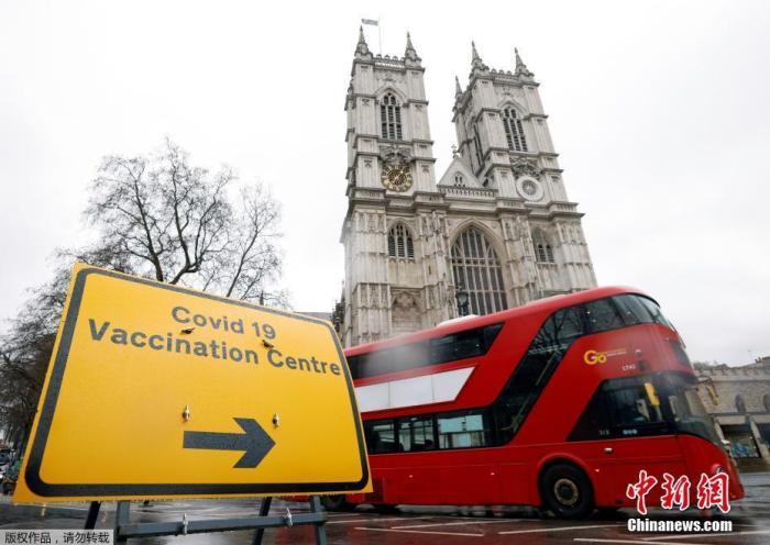 当地时间3月10日,英国伦敦威斯敏斯特大教堂的疫苗接种中心外,放置着指示牌。