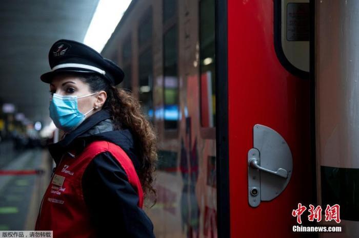 近日,意大利罗马,为应对持续激增的新冠肺炎患者,意大利特别开通一辆铁路医疗专列,用于在医院人满为患时转运全国各地的新冠患者。据报道,这辆列车共有8节车厢,拥有21张重症监护病床,配有呼吸机、氧气瓶等其他医疗设备,可搭载45名医生和护士。