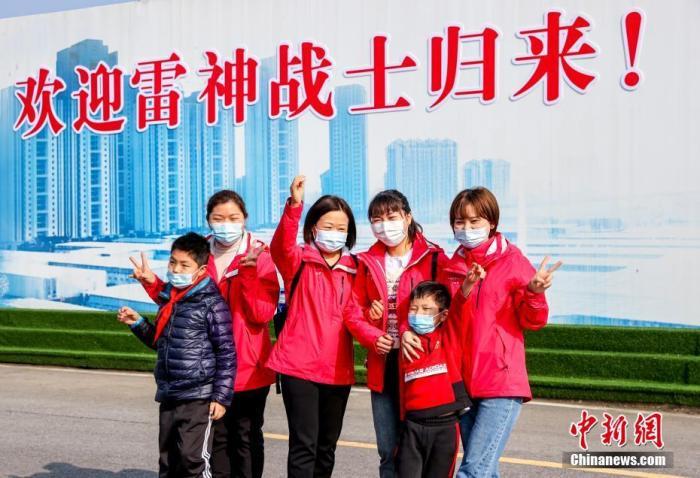 援鄂医护人员重返武汉参观雷神山医院