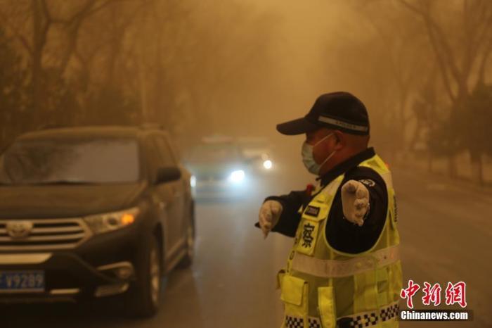 公安交管部门启动应急机制 应对强沙尘暴天气