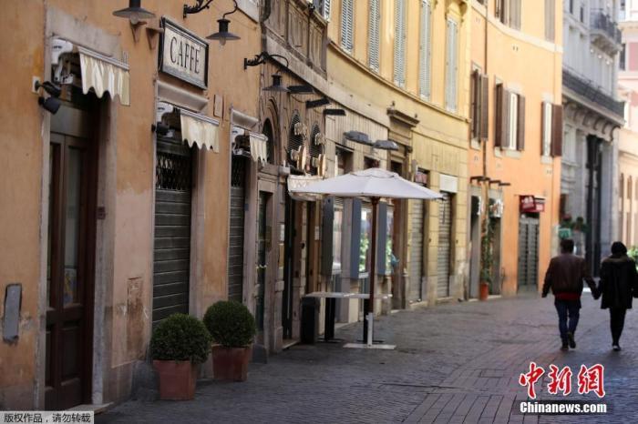 當地時間3月15日,意大利羅馬,人們走過關閉的酒吧和餐館。