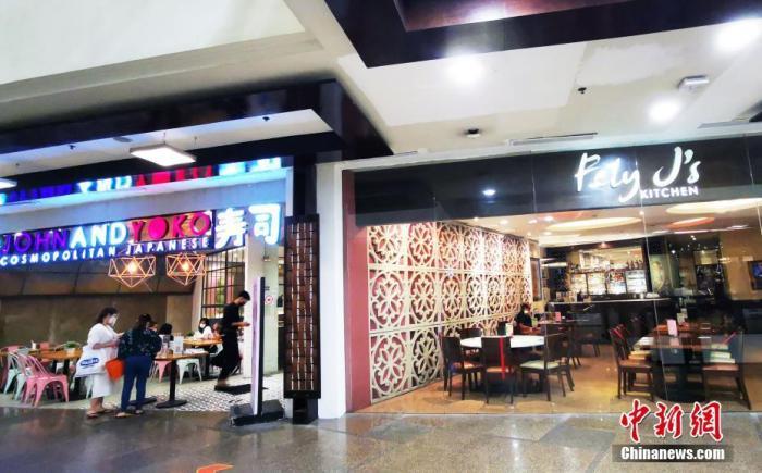 当地时间3月15日,菲律宾首都马尼拉再次实施宵禁,从晚10时至次日晨5时,为期两周。当天,位于马尼拉CBD马卡蒂绿带商圈的餐厅,尽管顾客不多,仍继续营业到晚8时。 <a target='_blank' href='http://www.chinanews.com/'>中新社</a>记者 关向东 摄