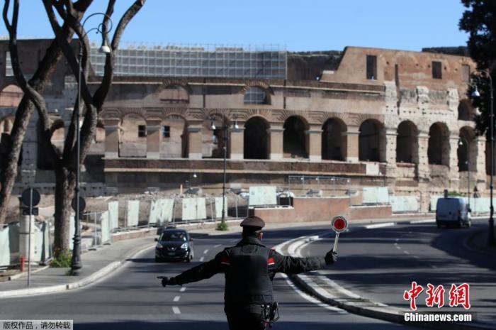 当地时间3月15日,意大利罗马,警察在疫情防控最高等级的红色区域检查过往车辆。