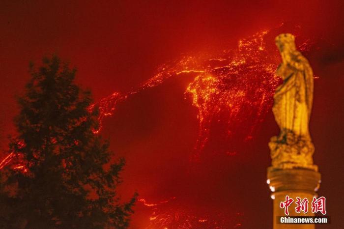 资料图:当地时间3月15日,意大利卡塔尼亚,埃特纳火山喷发,岩浆顺着山谷流淌。 图片来源:视觉中国