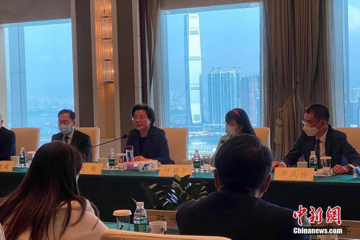 3月16日,全国人大常委会法制工作委员会会同国务院港澳事务办公室、中央人民政府驻香港特别行政区联络办公室,继续在香港举行座谈会,就落实全国人大关于完善香港选举制度的决定广泛听取香港特区政府和社会各界代表人士的意见建议。图为香港中联办副主任仇鸿主持其中一个座谈会。 中新社记者 王嘉程 摄