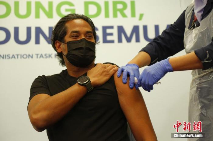 3月18日起,马来西亚开始接种中国科兴生物生产的新冠疫苗,马来西亚科学、工艺及创新部部长凯里·贾马鲁丁成为科兴新冠疫苗在该国首位接种者。图为在森美兰州一家医院,凯里正在接受疫苗接种。 <a target='_blank' href='http://www.chinanews.com/'>中新社</a>发 温俊钦 摄