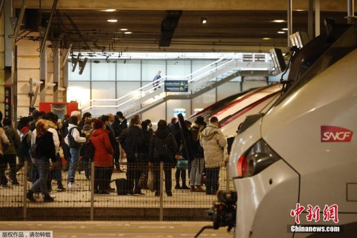 当地时间3月19日,法国巴黎,大量巴黎民众聚集在蒙帕纳斯火车站准备离开首都。据法新社报道,当日在新的封锁措施实施前的几个小时内,从巴黎出发的城际列车上挤满了离开法国首都的巴黎人。据报道,法国总理卡斯泰于3月18日宣布的新限制措施,适用于该国大约三分之一的人口,影响了巴黎以及北部和南部的其他几个地区,新的限制措施自19日午夜起实施。