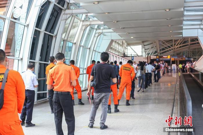 资料图:3月22日至26日,印尼旅游胜地巴厘岛伍拉莱国际机场将为约5000名员工全员进行首剂新冠疫苗接种,希望早日重迎国际游客的到来。图为3月22日,巴厘岛伍拉莱国际机场员工排队等待接种疫苗。 <a target='_blank' href='http://www.chinanews.com/'>中新社</a>发 叶露 摄