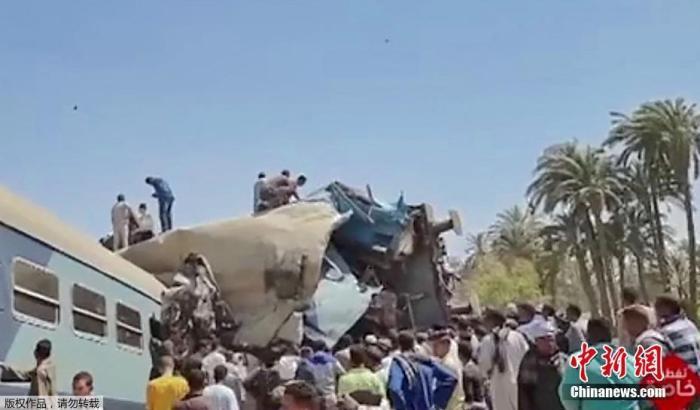 当地时间3月26日,埃及南部距离开罗460公里处的索哈格省塔塔区发生两列列车相撞事故。据报道,事故至少已造成32人死亡,数十人受伤。图为严重变形的车厢。
