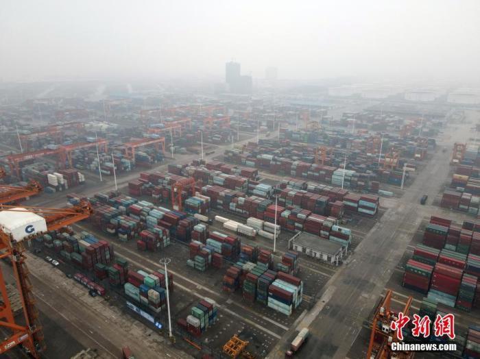 3月25日,广西钦州港的繁忙工作景象。2021年1至2月,钦州港累计完成港口货物吞吐量2402.7万吨,同比增长29.9%;其中外贸完成836.2万吨,同比增长15.5%。集装箱完成61.1万标箱,同比增长42.8%。据了解,目前钦州港基本实现国内主要港口和东南亚、东北亚主要港口全覆盖,通达全球100多个国家和地区的200多个港口。 中新社记者 毛建军 摄