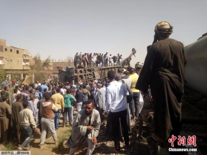 当地时间3月26日,埃及南部距离开罗460公里处的索哈格省塔塔区发生两列列车相撞事故。据报道,事故至少已造成32人死亡,数十人受伤。图为大量民众聚集在事故现场。