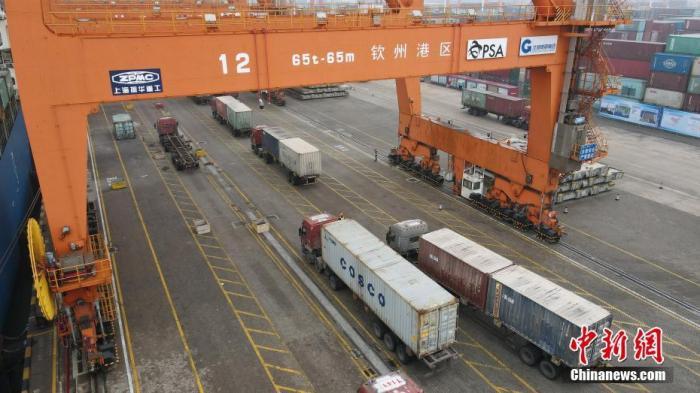 资料图:广西钦州港的繁忙工作景象。 <a target='_blank' href='http://www.chinanews.com/'>中新社</a>记者 毛建军 摄