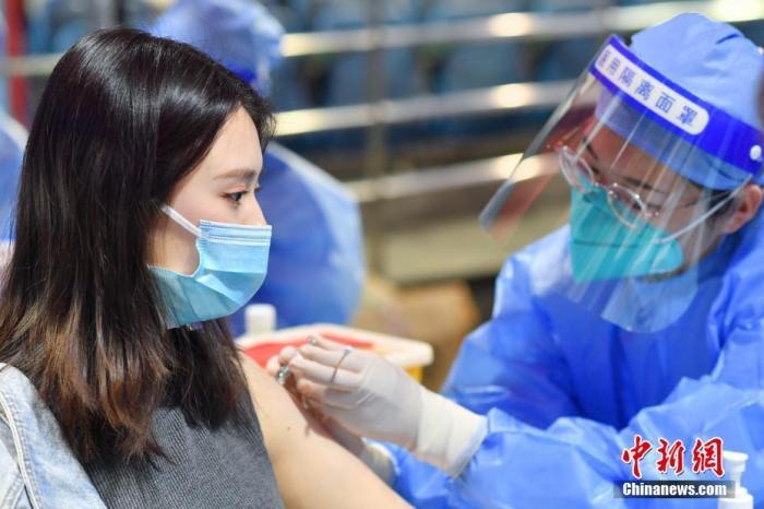 3月27日,北京大学学生在邱德拔体育馆接种新冠疫苗。 中新社记者 田雨昊 摄