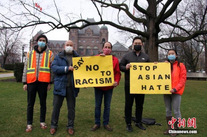 当地时间3月28日,加拿大多伦多华人社团在安大略省省议会外围组织驾车游行示威,反对种族主义、呼吁停止仇视亚裔。加拿大联邦国会议员陈圣源(右二)、艾盛思(Ali Ehsassi,中),安大略省省议员柯文彬(右四)到场表达支持。当日,多伦多、温哥华、卡尔加里、渥太华等加拿大多个城市均举行反对歧视亚裔的游行或集会示威活动。 <a target='_blank' href='http://www.chinanews.com/'>中新社</a>记者 余瑞冬 摄
