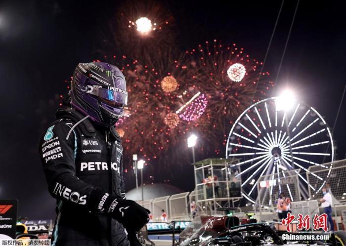 北京时间3月29日,2021赛季F1揭幕战巴林大奖赛正赛在萨基尔赛道打响,梅赛德斯车队和红牛车队在比赛中展开激烈争夺,最后汉密尔顿以0.7秒的优势率先撞线,获得巴林站冠军。图为汉密尔顿赛后庆祝。