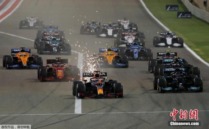 北京时间3月29日,2021赛季F1揭幕战巴林大奖赛正赛在萨基尔赛道打响,梅赛德斯车队和红牛车队在比赛中展开激烈争夺,最后汉密尔顿以0.7秒的优势率先撞线,获得巴林站冠军。图为比赛开始,车手们从起点出发,维斯塔潘杆位发车。