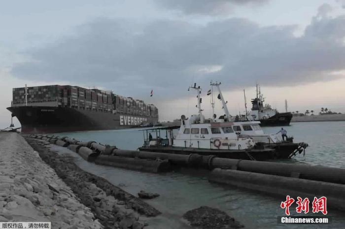 内地时间3月29日,在苏伊士运河停顿数日的巨型集装箱船部门从头浮起。