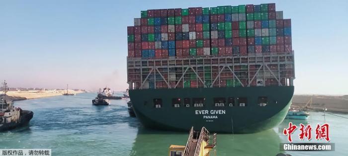 当地时间3月29日,搁浅在苏伊士运河中的重型货船已成功起浮,船身方向明显修正。图为这艘长约400米的货船船身已逐渐摆正,接近于和运河河岸平行状态。