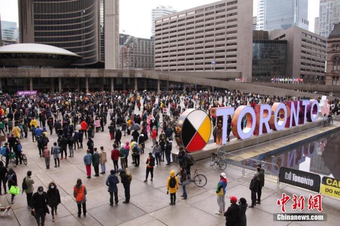当地时间3月28日,来自不同族裔社区的数千人在加拿大多伦多市政厅前广场参与集会示威,反对种族主义、呼吁停止仇视亚裔。当日,多伦多、温哥华、卡尔加里、渥太华等加拿大多个城市均举行反对歧视亚裔的游行或集会示威活动。 <a target='_blank' href='http://www.chinanews.com/'>中新社</a>记者 余瑞冬 摄