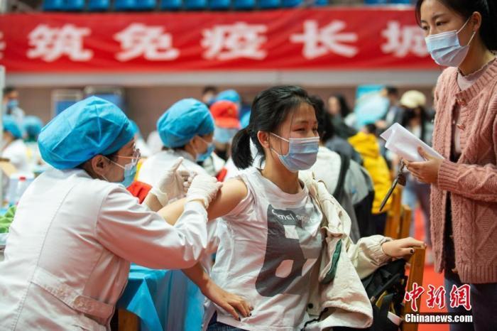 3月29日,山西太原,山西大学师生在校内指定地点接种新冠病毒疫苗。 中新社记者 武俊杰 摄