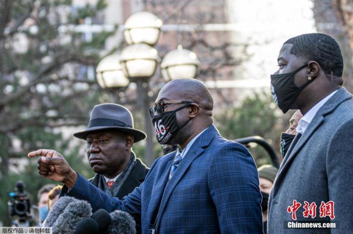 """当地时间3月29日,美国""""弗洛伊德案""""在明尼阿波利斯正式开庭审理,被控杀害非裔男子弗洛伊德的美国前明尼阿波利斯警员、白人男子肖万出庭受审。图为死者家属和律师在法院外。"""