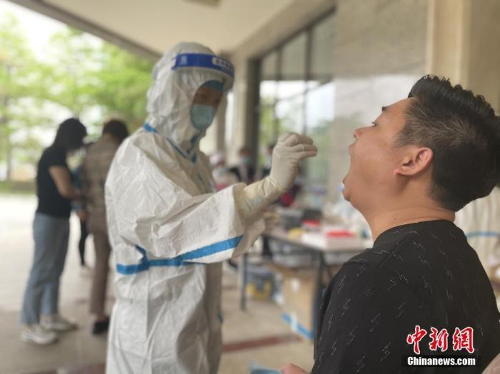 3月31日,瑞丽市民接受核酸检测。中新社记者 缪超 摄