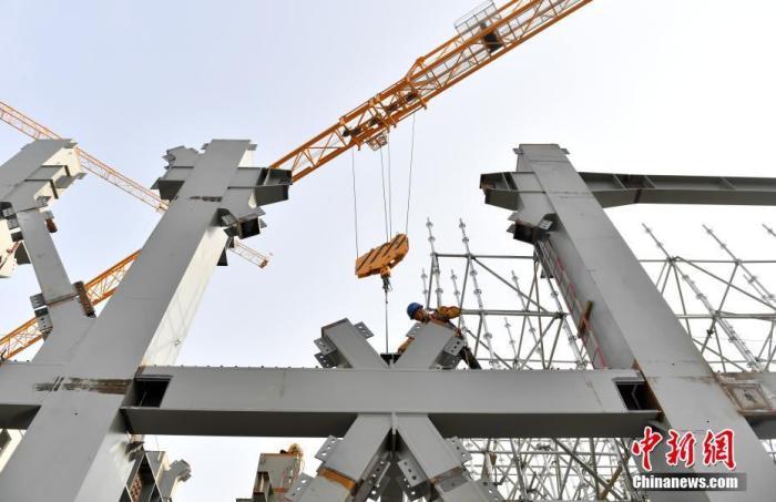 资料图:雄安商务服务中心项目建设者正在进行施工作业。 <a target='_blank' href='http://www.chinanews.com/'>中新社</a>记者 韩冰 摄