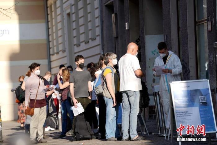 当地时间3月31日,民众在柏林市中心一处新冠检测点前排队等待检测。当日起,德国柏林开始升级防疫措施,具体包括要求人们进入超市和地铁等公共场所必须佩戴N95口罩,而非此前的一次性医用口罩;前往商场和博物馆等场所还需要出示新冠检测阴性报告。 <a target='_blank' href='http://www.chinanews.com/'>中新社</a>记者 彭大伟 摄