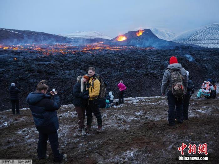 近日,冰岛雷克雅内斯半岛,沉寂6000年的冰岛法格拉达尔火山喷发,大批民众赶来观看熔岩喷发的壮观场景。