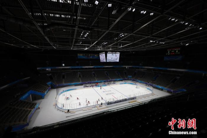 """4月2日,运动员在冰球项目测试活动中。当日,""""相约北京""""冰上项目测试活动冰球比赛在北京的国家体育馆拉开帷幕,未来几天内将有8支队伍在这里进行测试比赛,这也是国家体育馆作为2022北京冬奥会和冬残奥会比赛场馆的首次亮相。 <a target='_blank' href='http://www.chinanews.com/'>中新社</a>记者 韩海丹 摄"""