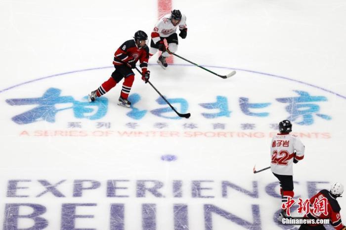 """4月2日,运动员在冰球项目测试活动中。当日,""""相约北京""""冰上项目测试活动冰球比赛在北京的国家体育馆拉开帷幕,未来几天内将有8支队伍在这里进行测试比赛,这也是国家体育馆作为2022北京冬奥会和冬残奥会比赛场馆的首次亮相。 中新社记者 韩海丹 摄"""