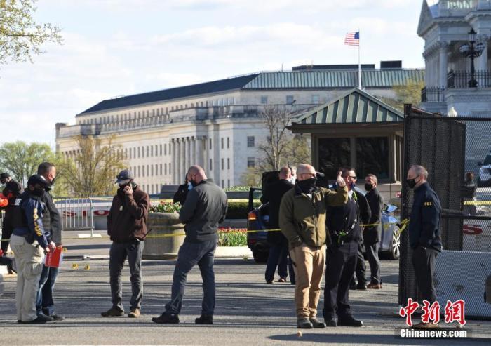 当地时间4月2日,位于首都华盛顿的美国国会附近发生袭警事件 ,造成一名嫌疑人和一名警察死亡,另有一名警察受伤。图为位于国会大厦北侧入口处的事发现场  。 <a target='_blank' href='http://www.leosquarez.com/'>中新社</a>记者 陈孟统 摄