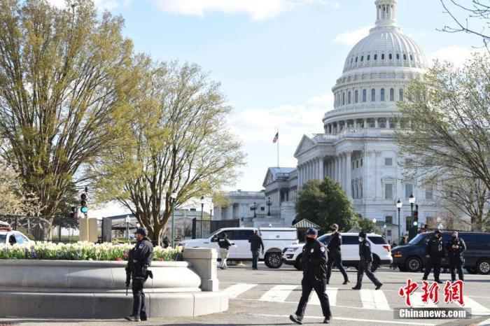当地时间4月2日 ,位于首都华盛顿的美国国会附近发生袭警事件,造成一名嫌疑人和一名警察死亡  ,另有一名警察受伤 。图为位于国会大厦北侧入口处的事发现场。 <a target='_blank' href='http://www.leosquarez.com/'>中新社</a>记者 陈孟统 摄