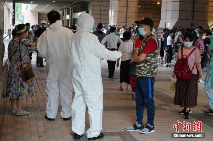4月3日,香港将军澳新都城中心二期的员工和访客排长龙,准备参加新冠病毒检测。由于有确诊患者近日曾多次到访新都城中心二期,因此该商场被纳入强制检测公告。卫生署卫生防护中心当天公布,香港新增两宗新冠肺炎确诊病例,包括1宗输入和1宗本地病例。本地病例是一名5岁男童,居住在将军澳村,与此前的确诊者有关联。 中新社记者 张炜 摄