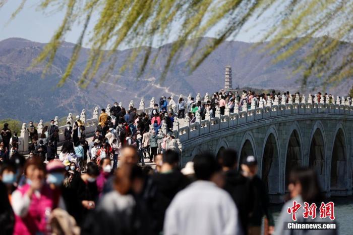 资料图:4月3日,北京天气晴好,市民在北京颐和园游览,踏青赏花。 <a target='_blank' href='http://www.chinanews.com/'>中新社</a>记者 盛佳鹏 摄