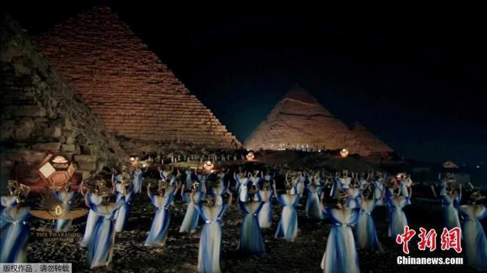 """当地时间4月3日,埃及开罗举行""""法老的黄金游行"""",将22具古埃及王室木乃伊从埃及博物馆迁移至埃及国家文明博物馆。图为现场庆祝活动。(视频截图)"""
