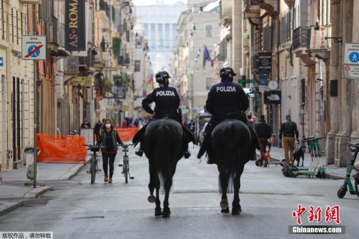 当地时间4月3日,意大利罗马,警察骑马在科尔索大街巡逻。
