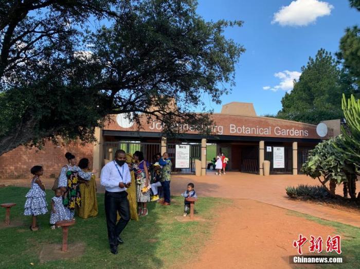 资料图:当地时间4月3日,南非约翰内斯堡植物园内,民众身着民族服装前来游玩。 a target='_blank' href='http://www.chinanews.com/'中新社/a记者 王曦 摄