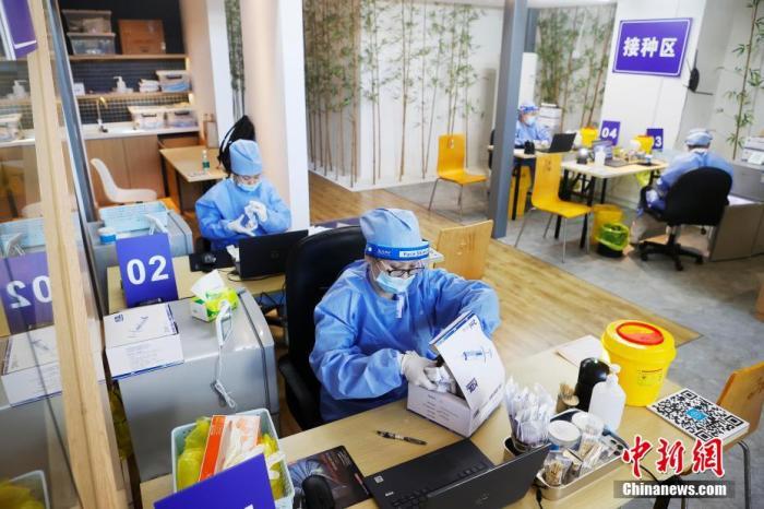 资料图:医护人员正在进行疫苗接种前的准备工作。 殷立勤 摄