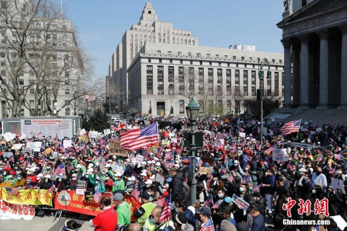 当地时间4月4日,纽约举行反仇恨亚裔大游行,上万民众手持标语在曼哈顿弗利广场集会后,游行穿过布鲁克林大桥至布鲁克林卡德曼广场。图为游行民众在弗利广场集会。 /p中新社记者 廖攀 摄