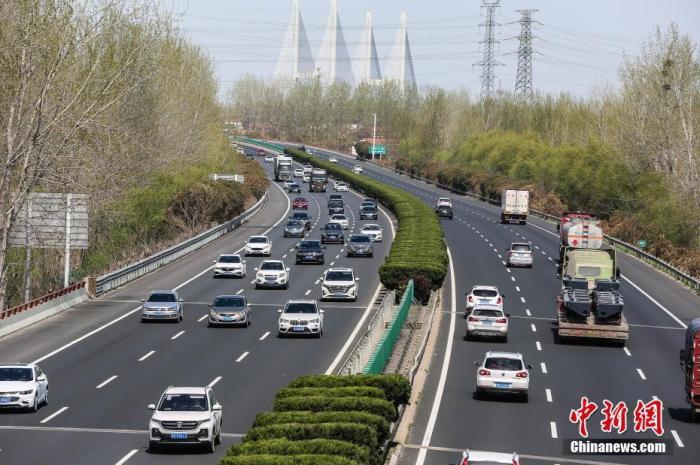 资料图:高速公路车流。 图片来源:视觉中国