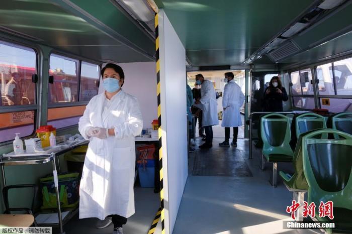 当地时间4月5日,意大利威尼斯,水上巴士在当天变为新冠疫苗接种站,为80岁以上的老年人接种新冠疫苗。