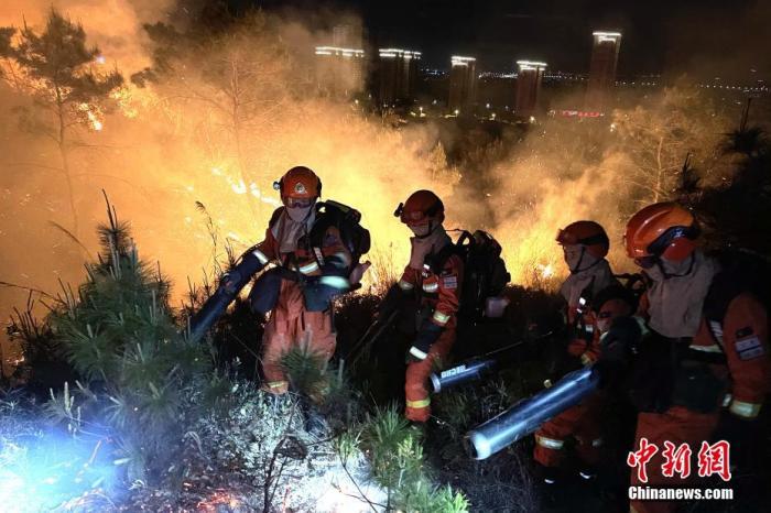 资料图:4月7日,福建省福清市海口镇南厝村发生森林火灾,福建森林消防指战员连夜扑救。 卢逸致 摄